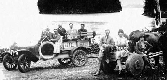 Primo Capraro sentado junto al conductor en Bahía Inalco. Foto: Museo de Villa La Angostura