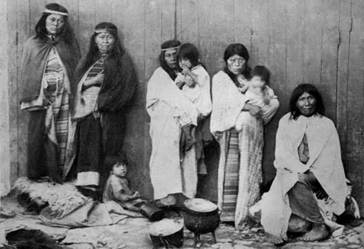 Cautivos en La Plata. De izquierda a derecha, mujeres de caciques Inakayal, Foyel y Ariancu. Margarita y Tafá. Foto: Revista Museo de la Plata.